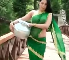 Roopi Sheikh of Araby Paki slut without blouse - nipple showing in wet saree- Desimasala.co