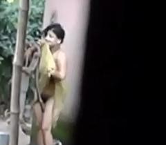 જુવાન Eighteen years છોકરી છુપાઈ ને નાઈરહી છે